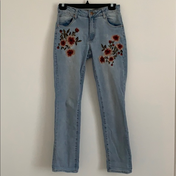 STRAIGHT LEG FLOWER EMBROIDERED JEANS